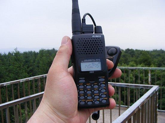 Mit dem Handfunkgerät auf dem Aussichtsturm