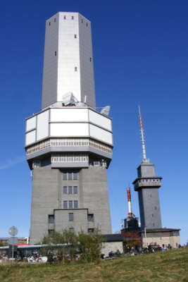 Der denkmalgeschützte Fernmeldeturm auf dem Großen Feldberg im Taunus