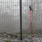 GFK Mast mit Gummi-Spannseilen befestigt. Geht schneller als die Spanngurte und hält auch gut.