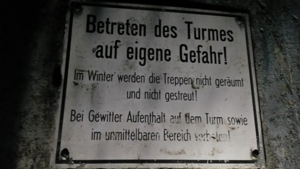 Warnschild am Hermansturm