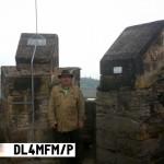 Auf dem Burgfried der Mühlburg. Zwischen den Zinnen ist  die Wachsenburg zu erkennen