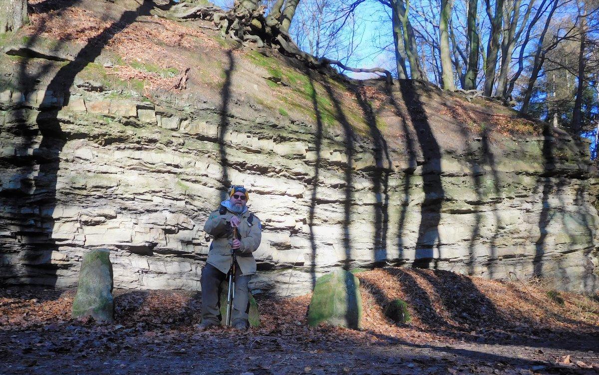 Der Wittekinds-Wanderweg führt an einer Felswand vorbei